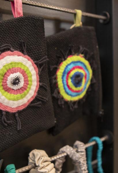Pochette tissée - avec un rond de couleurs différentes